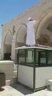 مقدسي يرفع آذان الظهر في ساحة المسجد الأقصى متحديا منع سلطات الاحتلال الأذان والصلاة