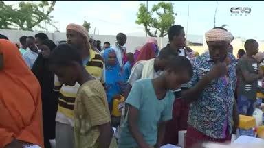 أخبار الإمارات - الهلال الأحمر يوزع المير الرمضاني وافطار صائم في منطقة داركللي بالصومال