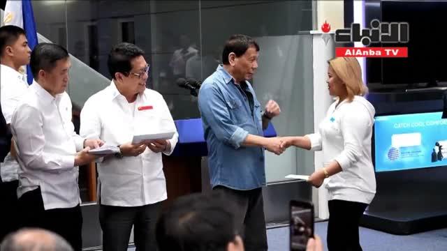 الرئيس الفلبيني يستقبل مواطنيه العائدين من الكويت ويوزع عليهم مبالغ مالية