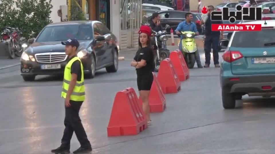 توظيف شرطيات مرور بسراويل قصيرة يثير جدلا في بلدة لبنانية