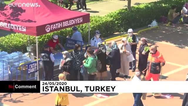 شاهد- كبار السن يحتفلون بعيد الفطر في حديقة في اسطنبول